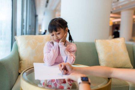 Photo pour Adulte jouer avec enfant fille, écrire sur papier - image libre de droit