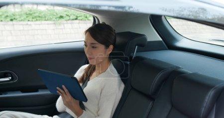 Photo pour Femme d'affaires travail sur tablette informatique - image libre de droit