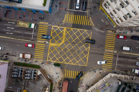 Photo pour Kwun Tong, Hong Kong 27 février 2020 : Vue d'ensemble du trafic dans la ville de Hong Kong - image libre de droit