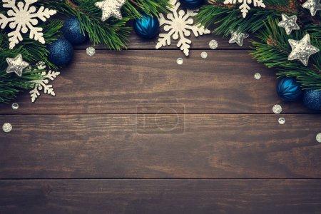 Photo pour Composition de Noël avec flocons de neige, étoiles et boules sur fond bois. Espace de copie. Vue du dessus - image libre de droit