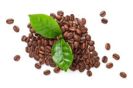 Photo pour Pile de grains de café avec des feuilles vertes isolées sur fond blanc. Arabica rôti. Aliments bio bio éco. Vue du dessus - image libre de droit