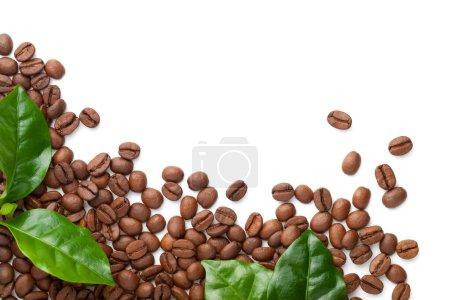 Photo pour Grains de café renversés avec des feuilles vertes isolées sur fond blanc. Arabica rôti. Espace de copie. Vue du dessus - image libre de droit