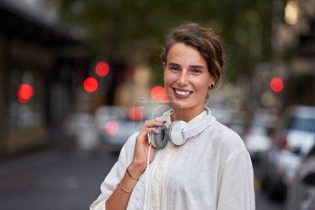 Photo pour Femme avec casque dans le portrait de la ville - image libre de droit