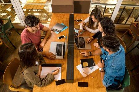Foto de Grupos de amigos que estudian juntos en la bibliotecnología - Imagen libre de derechos