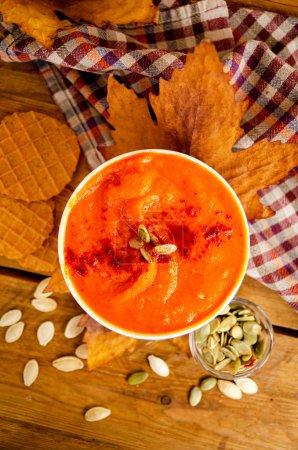 Photo pour Soupe à la crème aux citrouilles orange appétissante. Déjeuner pour l'Halloween. Délicieux aliments sains, sains et végétaliens. - image libre de droit