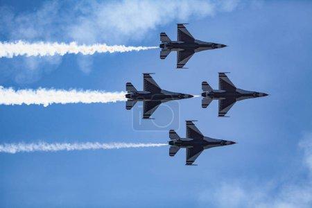Photo pour Usaf thunderbirds voler à grand spectacle aérien du Pacifique - image libre de droit