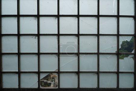 Photo pour Fenêtre en verre cassé avec fond carré grille - image libre de droit