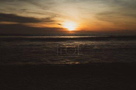 Photo pour Beau coucher de soleil tropique sur la plage en Thaïlande - image libre de droit