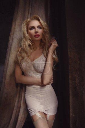 Photo pour Jeune belle femme posant en lingerie - image libre de droit