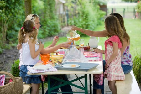 Photo pour Les femmes et leur fille déjeunent à table - image libre de droit