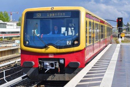 Berlín, República Federal de Alemania - 27 de abril de 2018: El conductor del tren conduce el tren local cerca de la plataforma de pasajeros de la estación de la ciudad .