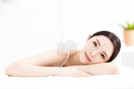 Photo pour Belle jeune femme avec une peau propre et parfaite - image libre de droit