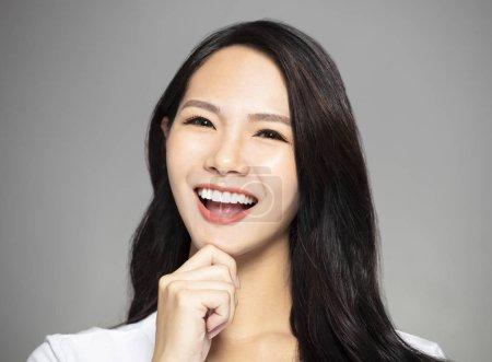 Photo pour Sourire jeune asiatique femme montrant ses dents - image libre de droit