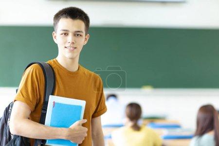 Photo pour Mâle collège étudiant en salle de classe - image libre de droit