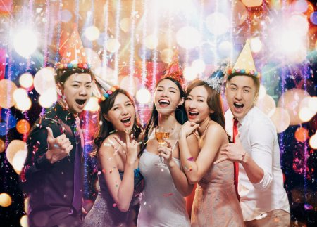 Photo pour Jeune groupe heureux apprécient la fête d'anniversaire dans le club de nuit - image libre de droit