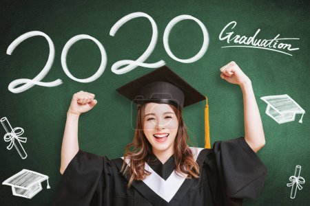 Photo pour Jeune femme en robes de remise des diplômes et montrant des concepts de classe 2020 - image libre de droit