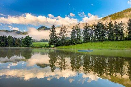 Photo pour Réflexion ciel et arbres dans un lac calme dans les Alpes Montagnes, beau paysage matinal - image libre de droit