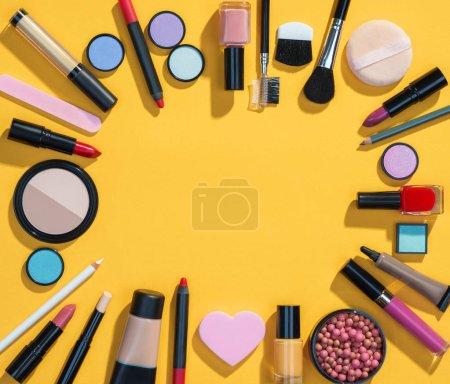 Photo pour Fond de beauté avec des produits cosmétiques maquillage. Photo de produits de beauté différents sur fond jaune. Espace de la copie pour votre texte - image libre de droit