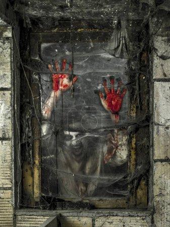 Photo pour Photo d'un zombie affamé qui vous regarde à travers une fenêtre sale . - image libre de droit