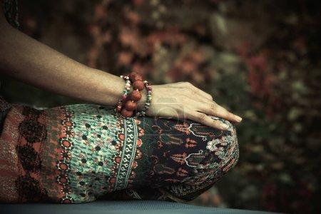 Photo pour Femme pratique d'yoga méditation les mains en mudra geste closeup outdoor journée d'automne - image libre de droit