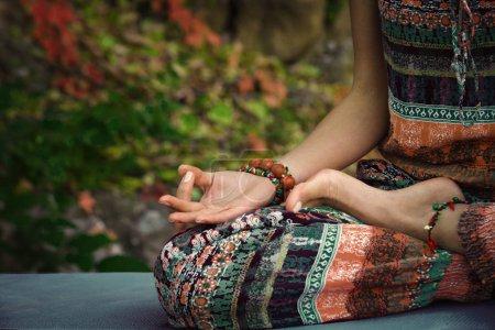 Photo pour Femme pratique yoga méditation mains dans mudra geste gros plan extérieur automne jour - image libre de droit