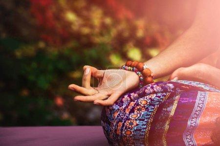 Photo pour Gros plan de femme main dans la mudra geste pratique yoga méditation extérieur jour d'automne - image libre de droit