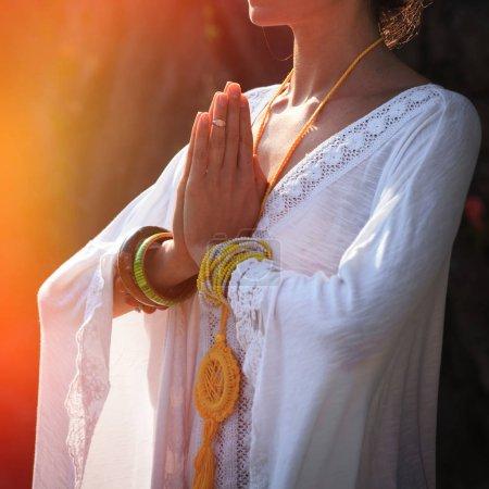 Photo pour Femme mains dans mudra namaste geste pratique yoga journée en plein air plan rapproché - image libre de droit