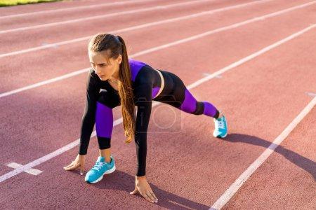 fille sportif crossfit et squats recommence au coucher du soleil dans le stade