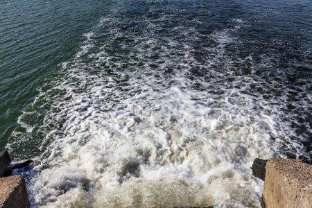 Photo pour Sale eaux usées provenant des égouts municipaux fusionner ouvertement dans l'estuaire maritime. Épuration des eaux usées. Le problème d'environnement de la pollution. - image libre de droit