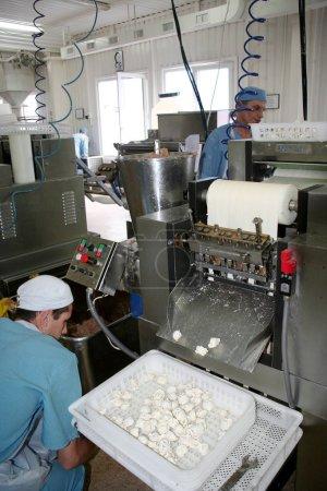Photo pour Odessa, Ukraine - 7 juillet 2007 : L'usine pour la production d'aliments à partir d'ingrédients naturels. Alimentation Commodité alimentaire. Production de boulettes, crêpes. Produits alimentaires de boulangerie . - image libre de droit