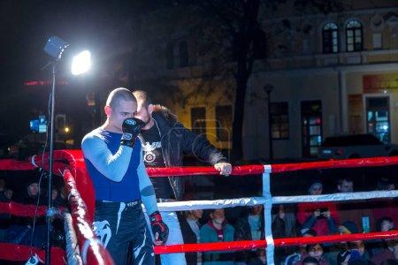Photo pour Odessa, Ukraine - 14 octobre 2015: Combats régionaux dans le ring. Mma athlétisme mixte arts martiaux combattants pour rivaliser, ayant pour résultat les lancers et des coups de poing et des coups de pied. Le moment dramatique de la bataille - image libre de droit