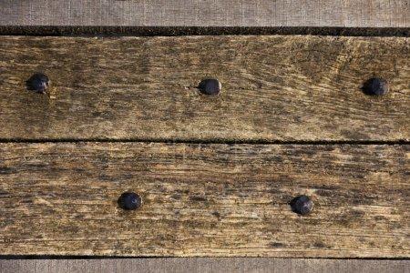 Photo pour Planches de bois texture fond foncé ou papier peint. chevauchement mur en bois horizontalement ont des dommages de vieux. Grange rustique brun foncé vieux fond de planches de bois. Espace pour texte, copie, lettrage - image libre de droit
