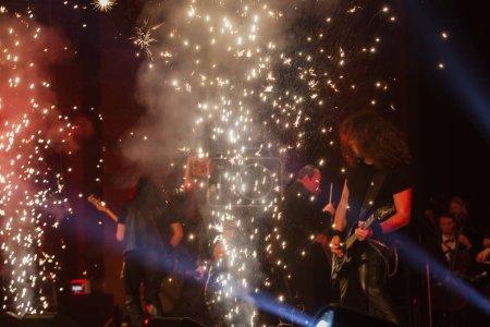 Photo pour Odessa, Ukraine - 24 janvier 2019: Groupe de Rock jouer de la musique live sur scène. Ivan Voron et la bête sont invités à montrer de Hard Rock. Un événement musical difficile lors d'un festival de musique rock hard live à Odessa - image libre de droit