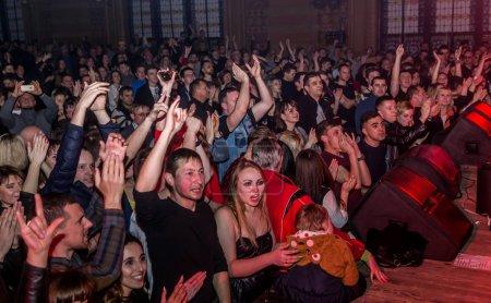 Photo pour ODESSA, UKRAINE - 23 mars 2019 : les spectateurs dans l'auditorium de la salle de concert rencontrent émotionnellement leurs artistes préférés. Public dans la salle de théâtre. Les spectateurs aiment la performance sur scène - image libre de droit