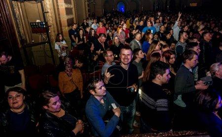 Photo pour Odessa, Ukraine - 23 mars 2019: téléspectateurs dans l'auditorium de la salle de concert rencontre avec émotion leurs artistes préférés. Public à la salle de théâtre. Téléspectateurs comme prestation sur scène - image libre de droit