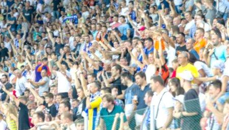 ODESSA UKRAINE - 28 juillet 2019 : Hors foyer, pas sur fond de sport pointu - spectateurs au stade. Foules de fans dans les stands de stade de football pendant le match Tribune avec les fans. Stands avec les fans de football
