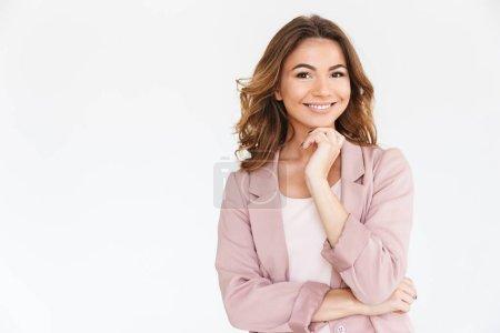 Photo pour Image d'incroyable jeune jolie femme debout isolé sur fond de mur blanc regardant caméra . - image libre de droit