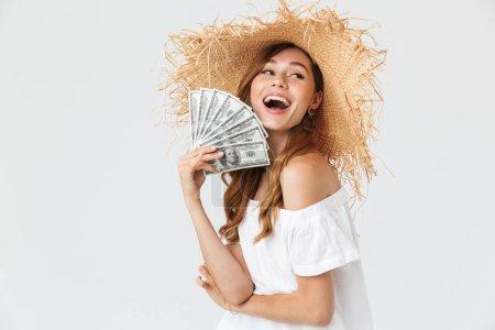 Photo pour Photo de femme riche heureux 20 s usure grand chapeau de paille se réjouir tout en démontrant les fan de dollar argent isolé sur fond blanc - image libre de droit