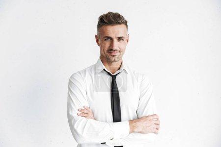 Photo pour Bel homme d'affaires confiant, portant des vêtements formels debout isolé sur fond blanc, bras croisés - image libre de droit
