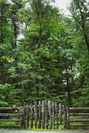 Photo pour Clôture pays et signe avec la forêt en arrière-plan - image libre de droit