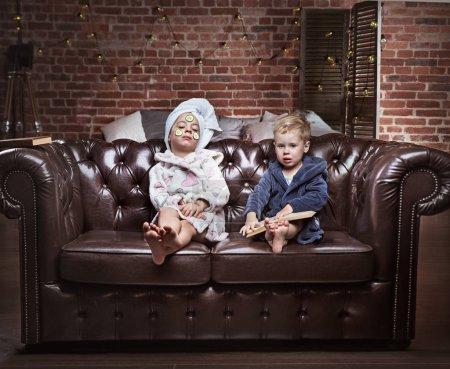 Photo pour Portrait conceptuel d'enfants joyeux ayant un traitement spa - image libre de droit