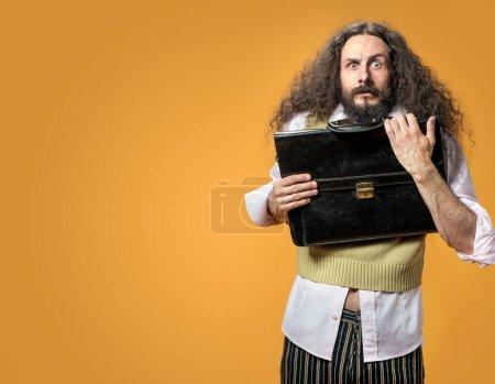 Photo pour Portrait du nerd surprise tenant une mallette - image libre de droit