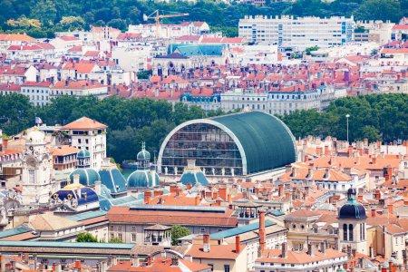 Photo pour Belle vue sur le paysage urbain lyonnais avec la mairie et les toits de l'Opéra lors d'une journée ensoleillée - image libre de droit