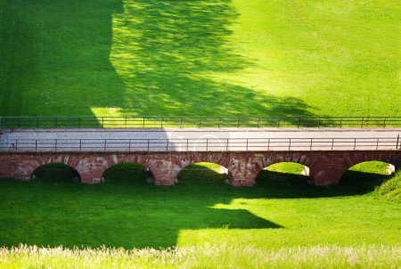 Photo pour Vue de dessus de la passerelle vers la porte de Brisach de la fortification de Belfort, France - image libre de droit
