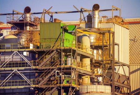 Photo pour Vue industrielle des pipelines et des réservoirs de carburant de l'usine de raffinage de pétrole pendant la journée - image libre de droit