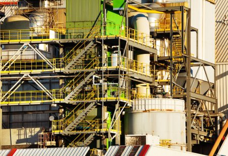 Photo pour Vue rapprochée de l'équipement des raffineries de pétrole avec réservoirs de carburant et tuyauterie - image libre de droit