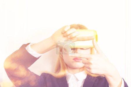 Photo pour Cadre d'image et photographie à l'aide de lunettes de réalité virtuelle - image libre de droit