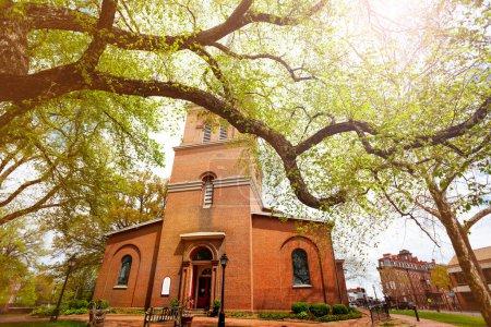 Photo pour Front view Église épiscopale de la paroisse St. Anne à Annapolis MA avec de vieilles branches d'arbres au printemps, Maryland USA - image libre de droit