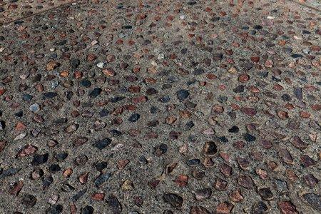 Photo pour Plan rapproché photographié avec des dalles de trottoir peu profondes et des pavés d'une route piétonne - image libre de droit