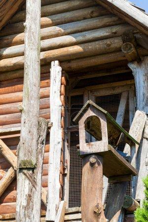 Photo pour Un petit pigeon colombier haut, en bois. Photo gros plan d'une construction en bois sans oiseaux - image libre de droit